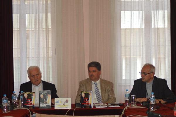 Bischof Komarica, Winfried Gburek und Geschäftsführer der Bischofskonferenz von BiH in der Pressekonferenz in Sarajevo.