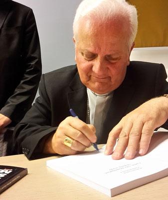 Franjo Komarica beim Signieren des Buches.