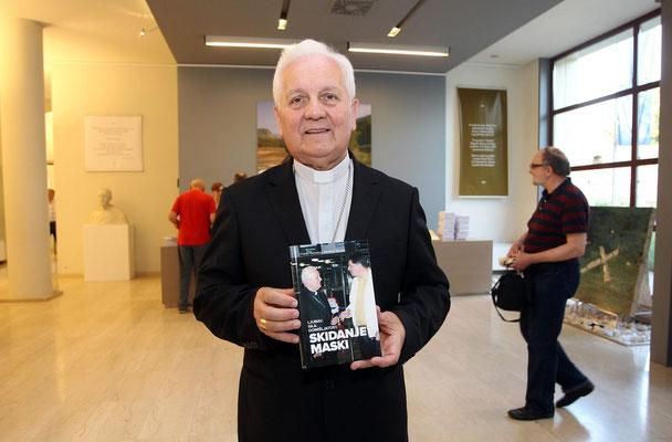 Bischof Dr. Franjo Komarica zeigt das Buch der kroatischen Fassung vor der präsentation in Zagreb.