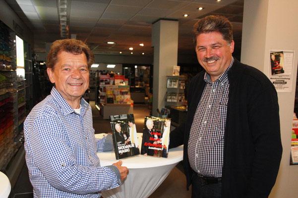 Autor Winfried Gburek während der Buchvorstellung in der Buchhandlung Weber in Wunstorf, Deutschland.