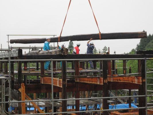 【古民家移築までの過程】7.28mの丸太梁の荷上げ