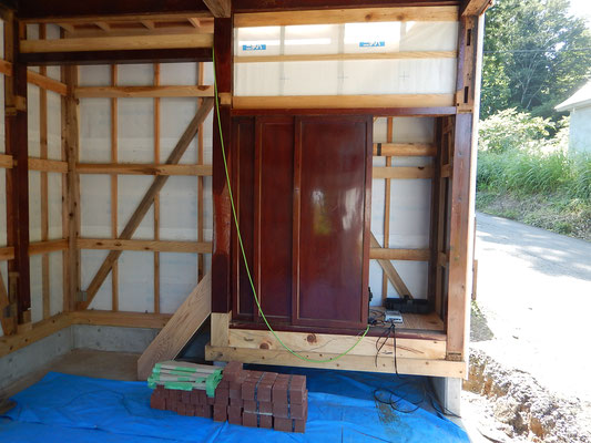 三当たりの床柱と1枚板の建具。漆が光ります。