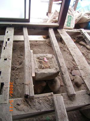 床下の木材は炭素化 古いこたつの遺跡もありました