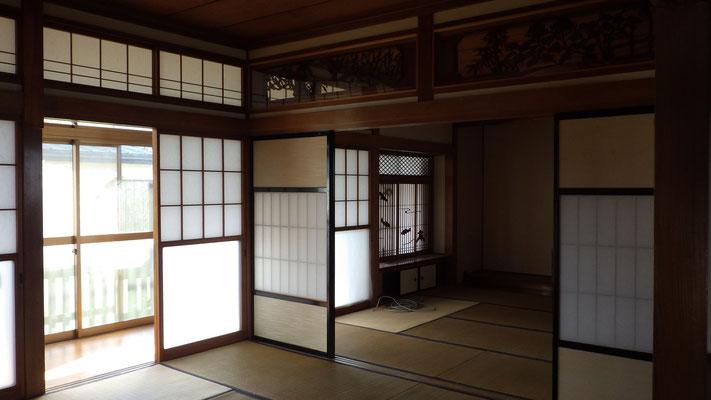 少し暗い二間続きの和室がありました。