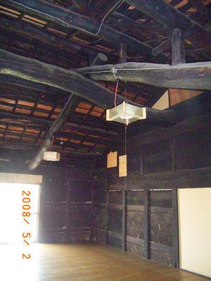 小屋裏の黒い梁①