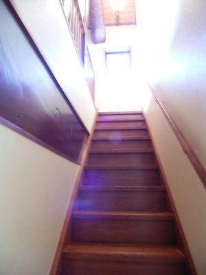 新しい階段は手造りで 左手には漆塗りの指し鴨居