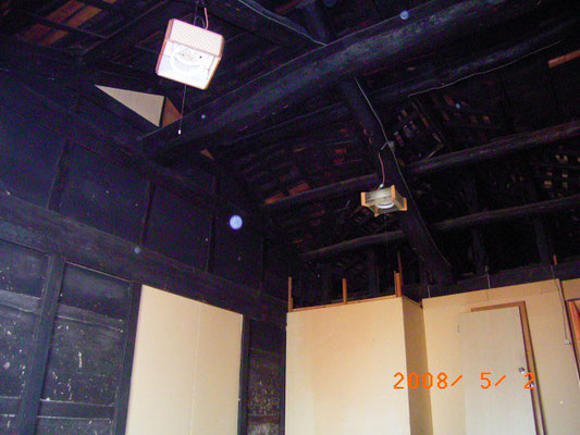 小屋裏の黒い梁④