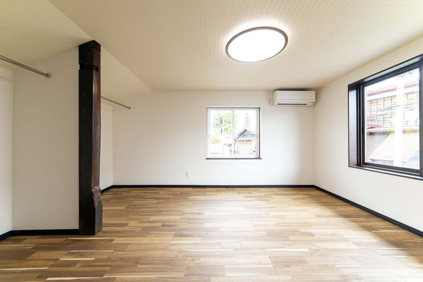 洋室。太い床柱は思い出に残しました。