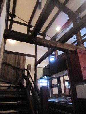 【キッチンと階段】