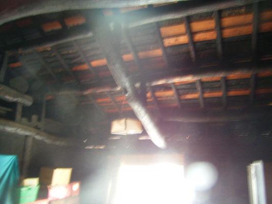 小屋裏の黒い梁③