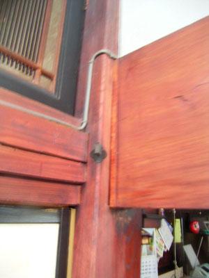 大黒柱と指し鴨居は欅・漆塗りです。