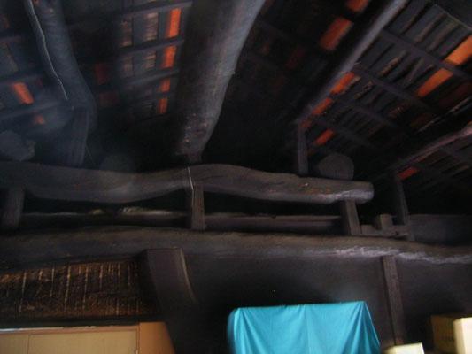 小屋裏の黒い梁②
