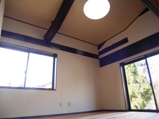 2階の天井も貼りました。黒かった梁は見え掛に