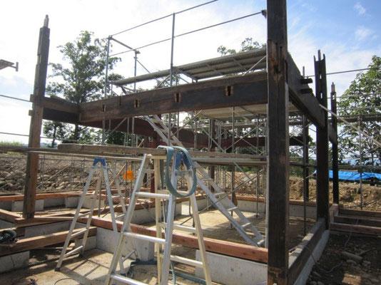 【古民家移築までの過程】最初に横梁と柱を組立