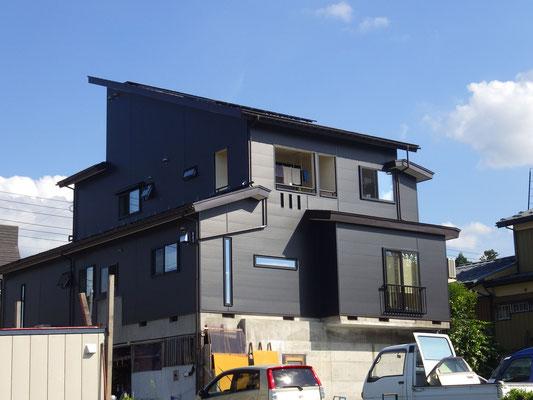 3世帯住宅に。屋根も融雪式から落雪式に。ソーラー発電も設置。