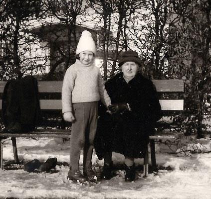 Gerhild Krichbaum (geborene Grimminger) und ihre Großmutter an der Rollschuhbahn. Das Bild entstand im Winter 1962.