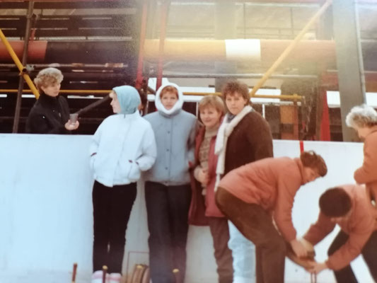 Die Rüsselsheimer Eisstockschützen bei einem Wettkampf in den 1980er Jahren.