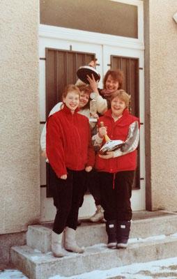 Stolze Mädels: Dieses Bild wurde im Jahr 1986 aufgenommen. Die Eisstockschützinnen wurden in diesem Jahr Hessenmeister.