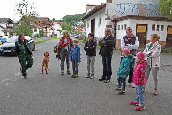Besucher bei der Einführung