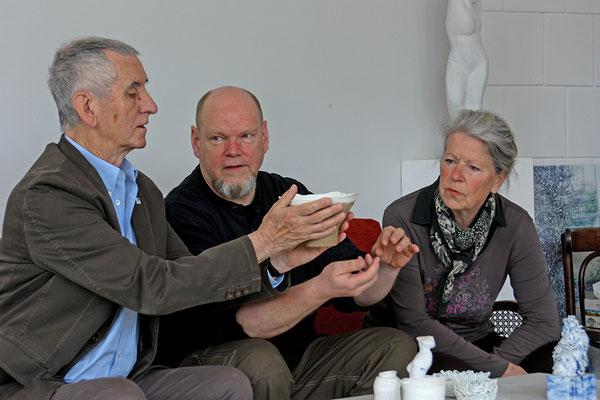 Dr. Klaus-Peter Arnold (links) bei der Auswahl von Ausstellungsstücken mit Mitglidern des Vereinsvorstandes