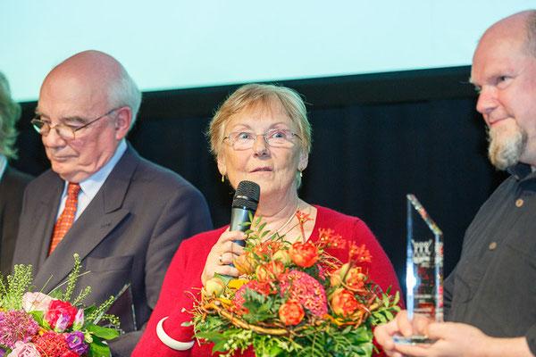 """Dr. Helga Schmidt (Mitte) während der Verleihung der Auszeichnung """"Verein des Jahres"""" der Ostsächsischen Sparkasse Dresden im Jahr 2013"""