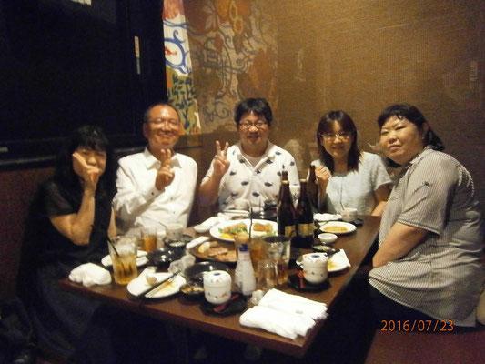 お母さん軍団に囲まれた石川先生と塩尻支部筒井先生