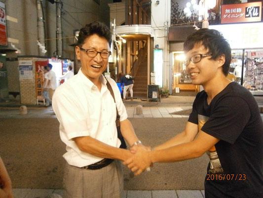山下先生とテツの握手。理由はなさそうww