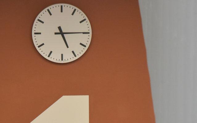 Die Uhren laufen wieder im Steinacker! Freundliche Farben schaffen eine gute Atmosphäre.