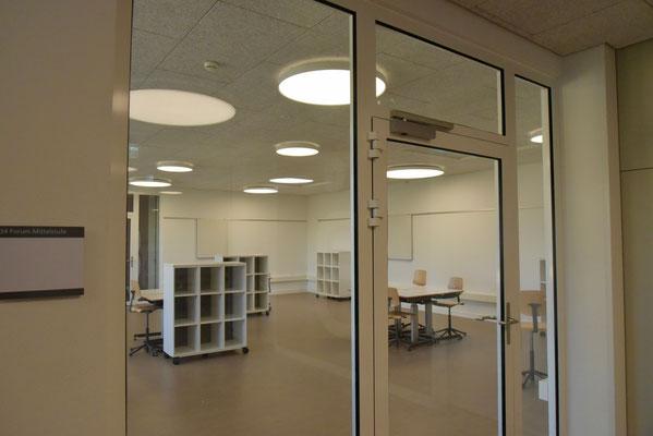 Die Zwischenräume sind neu genutzt. Mit viel natürlichem und künstlichem Licht wird hier in Gruppen oder einzeln gearbeitet.