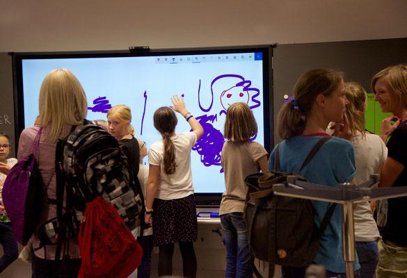 Ebenso die digitale Wandtafel... Denn eine Weile lang konnten alle das sanierte Schulhaus zum zweiten Mal besichtigen.