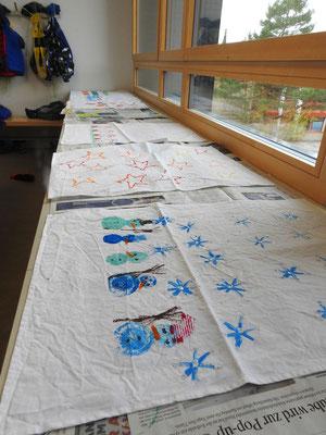 Mit selbstgemachten Stempeln bedruckte Handtücher