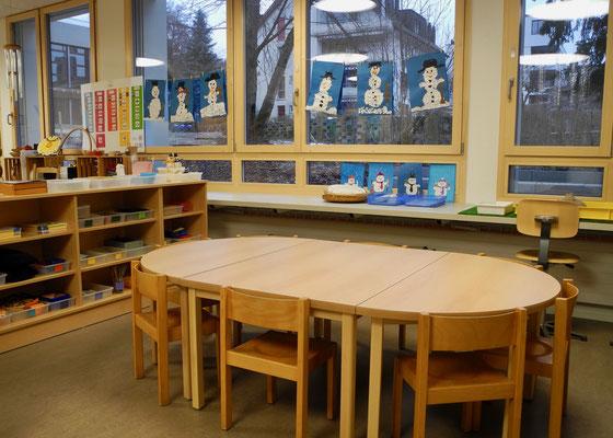 Und jetzt sind die neuen Möbel eingetroffen: Ein Gruppentisch ohne Ecken (aber mit Kanten...)