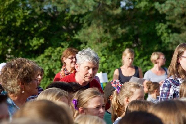 Die andere Schulleiterin, S. Kirov, unterstützt die Kinder beim Singen des Steinackerlieds, das ihr Mann komponiert hat.