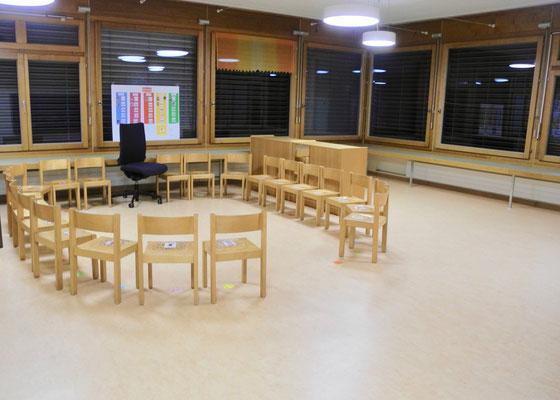 Der letzte Tag im alten Kindergarten. Alles ist leer, nur die Stühle warten noch auf den Umzug.