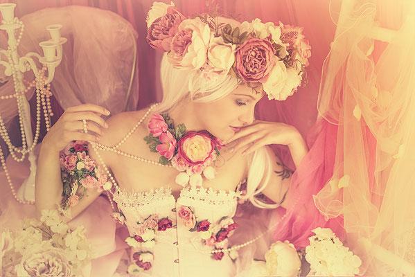 Prinzessin indoor im Fantasyset mit Blumenheadpiece
