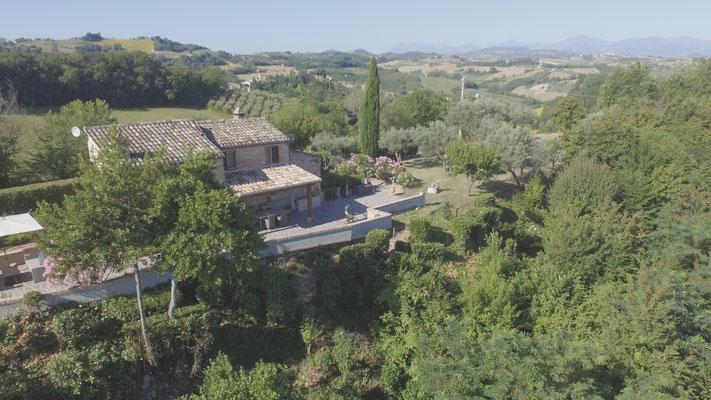 Casa Castagno met grote terras en tuin.