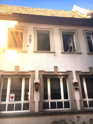 Liebevolle Renovierungsarbeiten an Fassade und historischen Fenstern