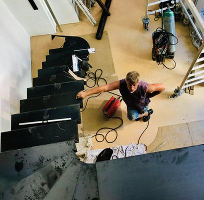 Meine geschwungene Stahltreppe ist leichter gezeichnet als zusammengeschweißt. Danke an unsere Schlosser!