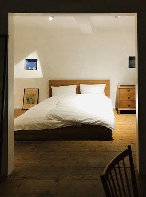 gemütlich schlafen im Design-Eichenbett