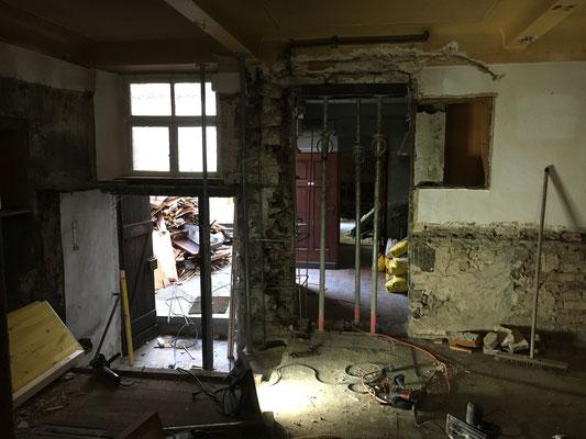 Notwendige statische Ertüchtigungen (Vorbesitzer hatten mit Vorliebe Löcher in Wände gemacht...)