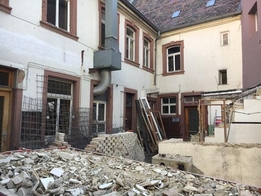 Abriss des Toilettenhäuschens im Hof des Weinhaus Moser.