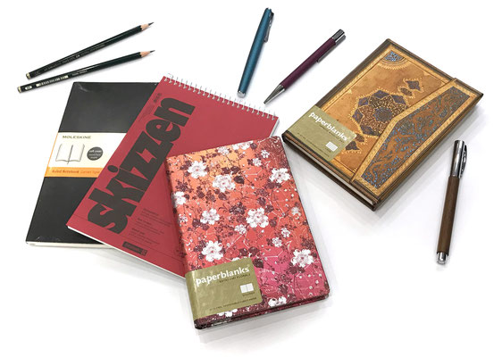 Tagebuch, Skizzenbücher, Zeichenstifte, Füller direkt neben Weinhaus Moser