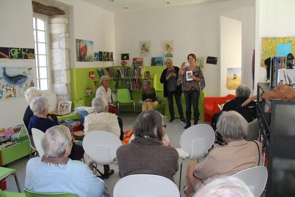 Florianne Garone accueille les personnes âgées qui ont témoigné en vue de l'écriture de ce recueil.