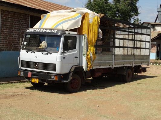 Ein Laster reduziert hohen Transportkosten für neu gekaufte Schulmaterialien oder Lebensmittel. Zudem werden durch Vermietungen Einnahmen generiert.