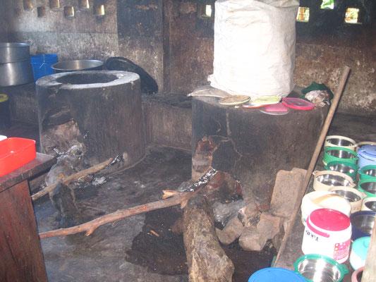 Die alte Küche war viel zu klein und kaputt. Zudem war der Rauch für die Köchinnen sehr gesundheitsschädigend.