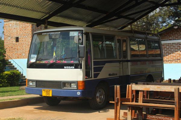 Ein Schulbus erleichtert den Schülerinnen die Fahrt aufs Ackerfeld. Zudem wird er zum Teil extern vermietet.