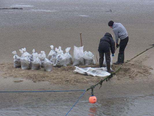 Vorher: Sandsäcke füllen. 70 Säcke á 50 kg.