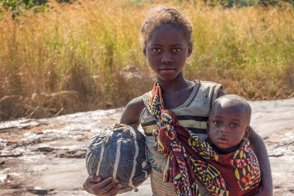Matthias Gößmann: Schulkinder bei den Ntumbacushi FallsI; Zambia