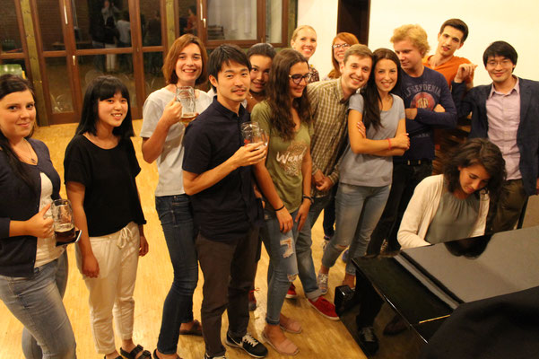 Learn German in Würzburg, leisure activities, music and beertasting, group photo international students