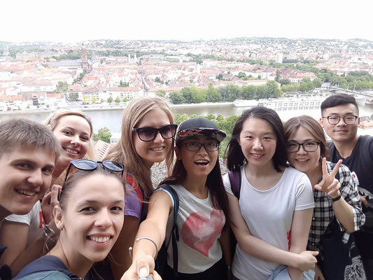 German Language Summer Course University of Würzburg, Learn German in Würzburg, cultural programme, Marienberg Fortress, group photo international students with view over Würzburg